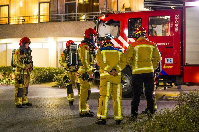 Brandweerlieden aan het werk aan de Herman Gorterlaan in Eindhoven.