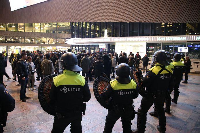 De demonstratie gaat verder in het Centraal Station. De twee groepen zoeken de confrontatie met elkaar op.