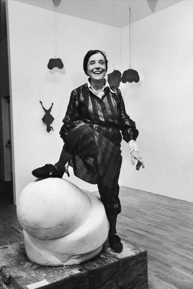 Bourgeois in 1983, poserend in het Museum of Modern Art in New York met haar voet op een van haar eigen marmeren kunstwerken, Sleep II (1967). Beeld  Ted Thai/Getty