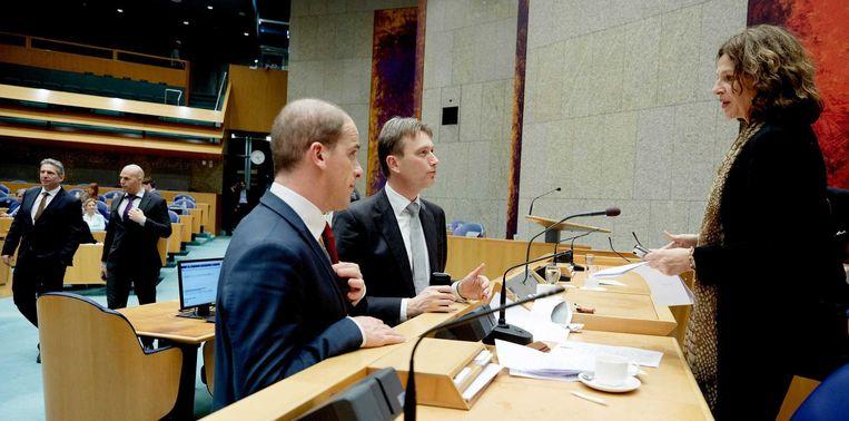 VVD-fractieleider Halbe Zijlstra (M) en PvdA-leider Diederik Samsom (L) in gesprek met minister Edith Schippers van Volksgezondheid tijdens een schorsing van het debat in Tweede Kamer over de gevolgen van het verwerpen van Schippers' wetsvoorstel. Beeld anp