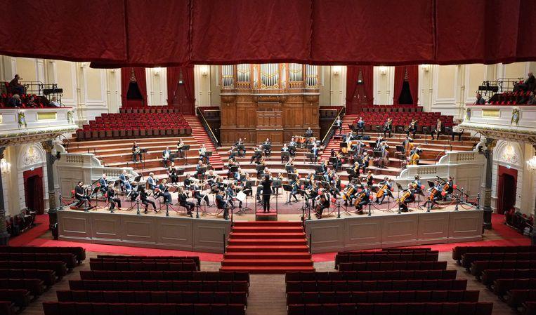 Het orkest speelt elke dag dat de avondklok van kracht is, via Instagram Live.  Beeld Peter Tollenaar