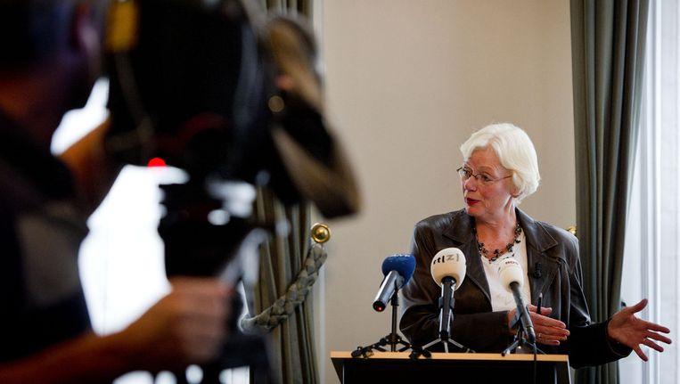 Commissie-voorzitter Rieke Samson-Geerlings staat de pers te woord. © ANP Beeld