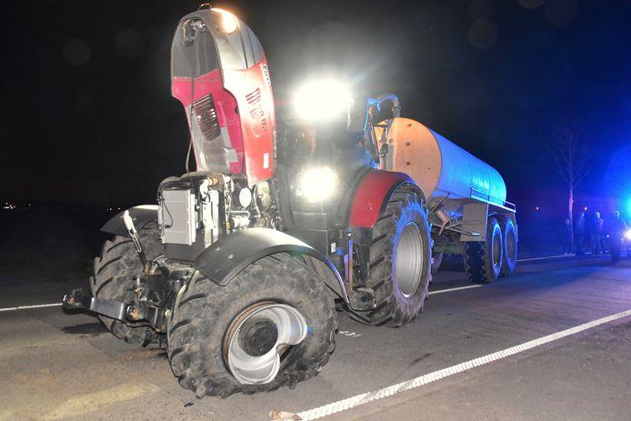 De BMW knalde tegen het linkervoorwiel van de tractor, dat daardoor fel gehavend raakte, bij de botsing langs de Briekestraat in Zonnebeke.