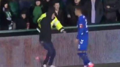 """""""Het is walgelijk"""": Belgische middenvelder in Schotland ziet hoe doorgedraaide fan op veld springt en het aan de stok krijgt met Rangers-speler"""