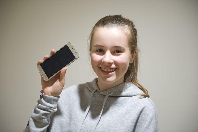 Manou Akkerman (13) vergat haar telefoon eens op vrijdagmiddag in de tas. Het gevolg: een heel weekend zonder telefoon. 'Het ging best wel prima.'