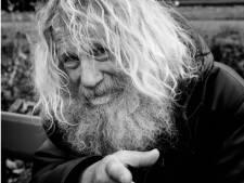 Oud-raadslid Bertus (67) zwerft dakloos door Deventer: 'Ik heb een prima leven!'