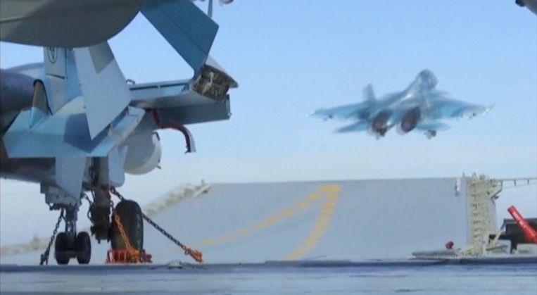 Een Russisch gevechtsvliegtuig vertrekt vanaf het schip Admiraal Kuznetsov bij de Syrische kust. Beeld REUTERS