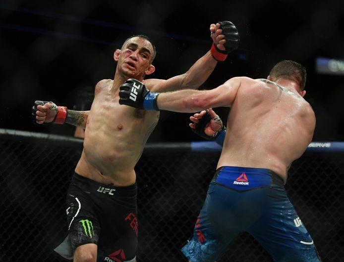 9 mei 2020; Jacksonville, Florida, VS; Tony Ferguson (links)  in gevecht met Justin Gaethje tijdens UFC 249 in VyStar Veterans Memorial Arena.