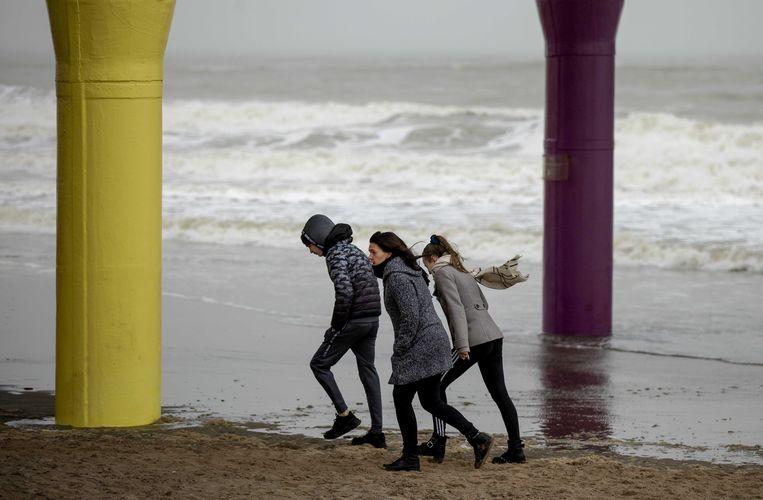 Een stevig windje op het Scheveningse strand. Beeld ANP
