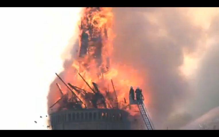 beelden vanuit Westkapelle . Kerk in brand