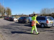 Topdrukte bij de milieustraat houdt aan, verkeersregelaars moeten alles in goede banen leiden