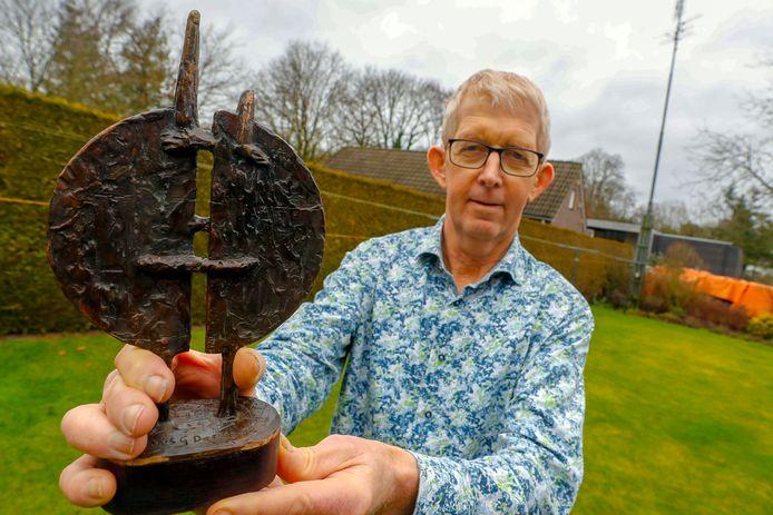 Toon de Brouwer vorige maand met het beeldje ter ere van de titel 'Verbinder van het Jaar'.