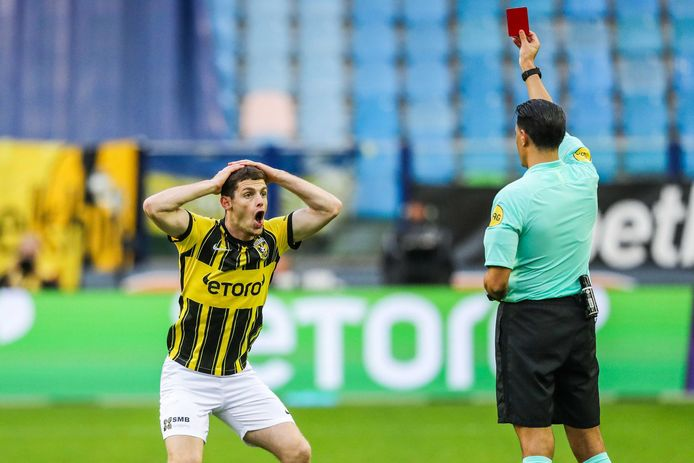 Ontzetting bij Thomas Buitink nadat scheidsrechter Serdar Gözübüyük de rode kaart trekt tegen Feyenoord.