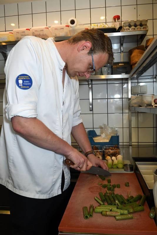 Chef-kok Han Everts kookt voor het eerst culinair met de duizendknoop.