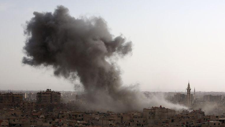 Rook boven Douma, een buitenwijk van Damascus, na een luchtaanval door het Syrische regeringsleger. Beeld AFP