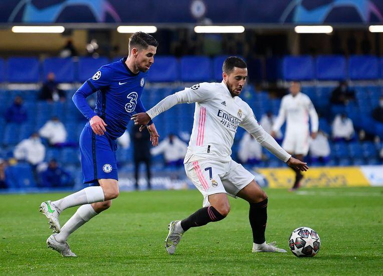 Real Madrid-speler Eden Hazard houdt Jorginho af op Stamford Bridge, Londen. Beeld REUTERS