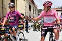Rozetruidager Attila Valter (r) voor de start van de negende etappe met Tim Merlier, leider in het puntenklassement.