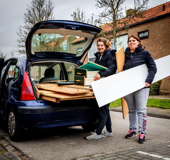 """Claudia Vernimmen en Rosanne Westerweel uit Spijkenisse halen een tweedehands bedkast op in Goudswaard. ,,Mijn zoon denkt dat hij Bob de Bouwer is, vindt het leuk om dingen te slopen."""""""