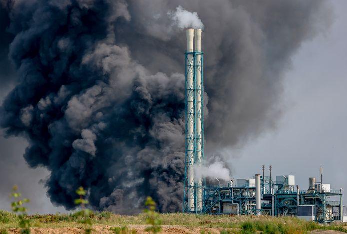 Een donkere rookpluim boven een industrieterrein in het Duitse Leverkusen, waar ook chemieconcern Bayer is gevestigd.