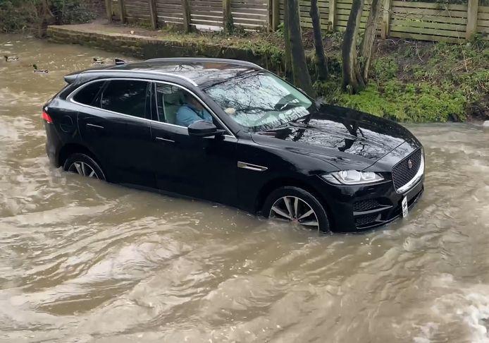 Cette Jaguar F-Pace n'a pas réussi à traverser ce passage inondé.