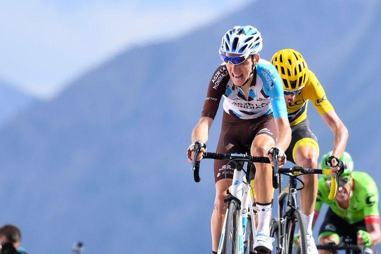 De Franse chouchou Romain Bardet komt boven op de Izoard. Beeld Photo News