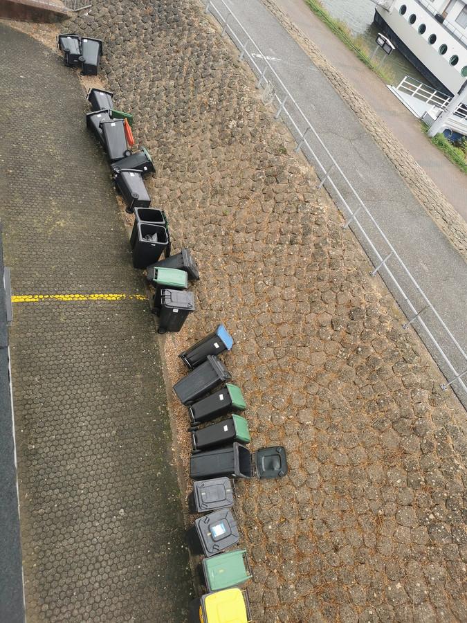 De rij afvalbakken bij het appartementencomplex aan de Veerstraat in Tolkamer.