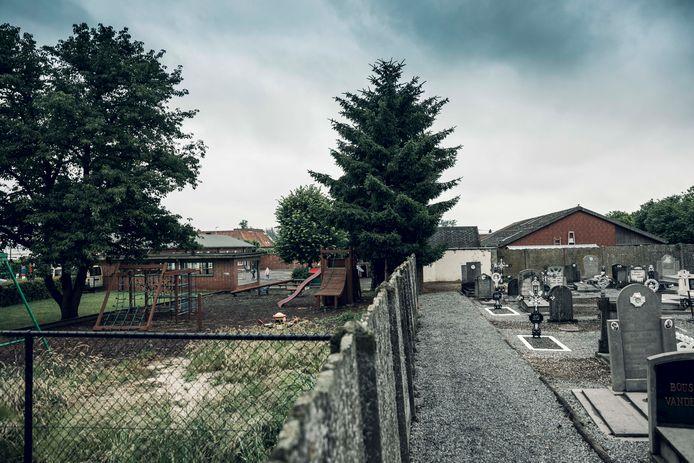 Het speelveld van Basisschool 't Laantje moet wijken voor het kerkhof, want dat ligt vol.