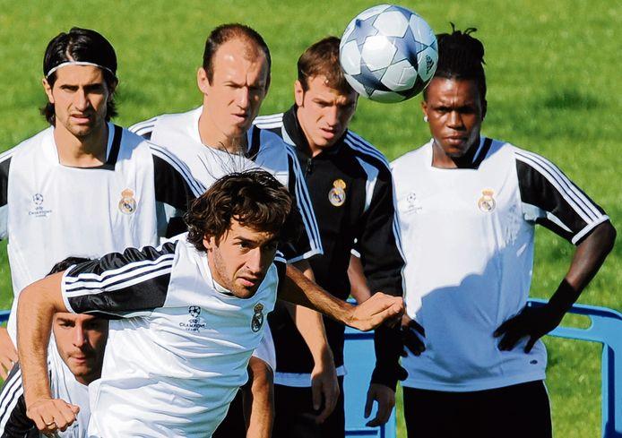 Arjen Robben bij Real Madrid met naast hem onder anderen Rafael van der Vaart en Royston Drenthe.