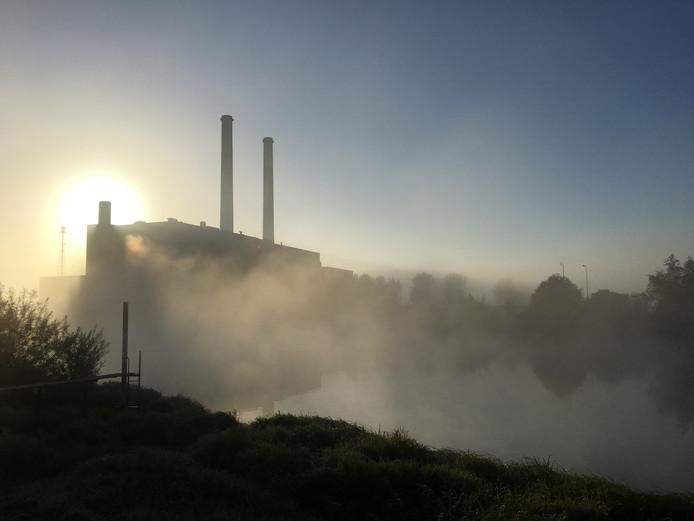 Op de weg terug van school even dit plaatje geschoten van de IJsselcentrale in de ochtendmist. Binnenkort verleden tijd, de centrale gaat tegen de vlakte...