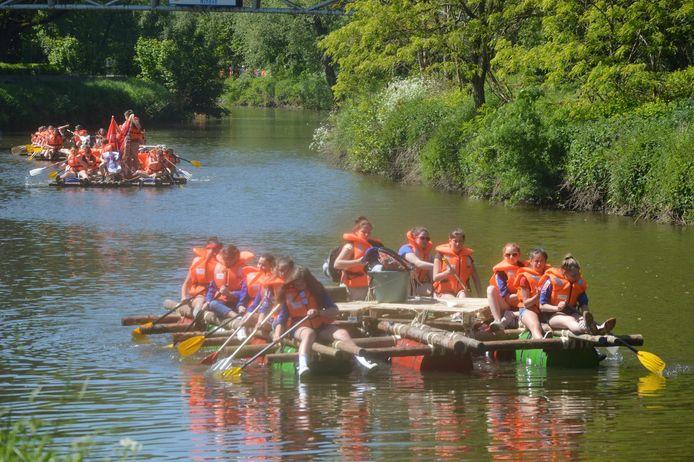De 170 jongeren, allemaal met zwemvest, dobberen over de Dender.