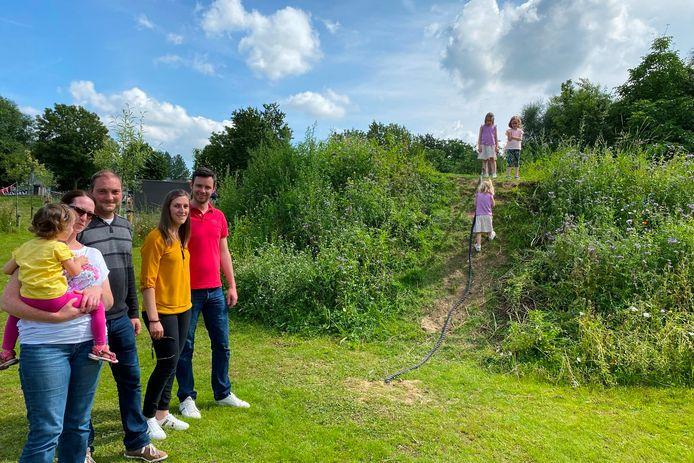Dorien, Stijn, Lien en Gregory zagen hun dochtertjes Lotte (6), Amelie (3), Inora (6) en Florine (3) honderduit genieten in de nieuwe natuurspeeltuin TUIN9420 in Erpe.