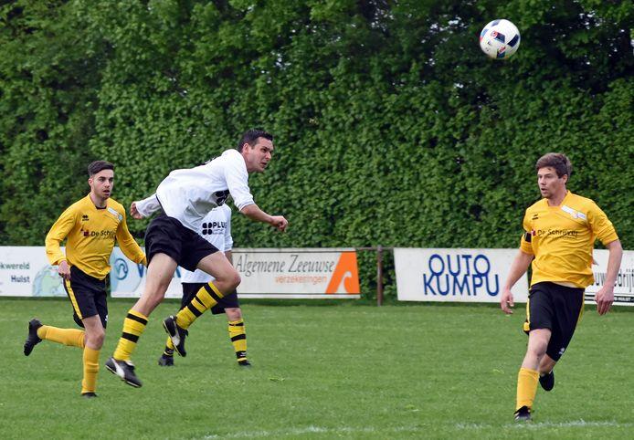 Hoofdplaat (gele shirts) en SDO'63 spelen komend seizoen in de vierde klasse, tegen clubs als Breskens en Oostburg .
