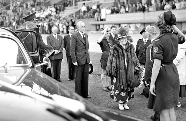 Koningin Wilhelmina verlaat het Olympisch Stadion, Amsterdam 1948. Beeld anp