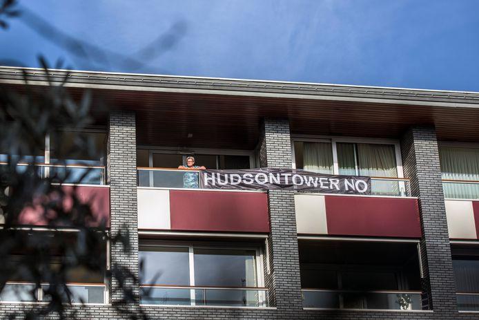Bewoners aan het Pieter Vreedeplein protesteerden al eens met spandoeken tegen een nieuwe woontoren.