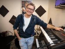 Rob (62) heeft aanhanger vol instrumenten voor mensen met problemen: 'Overal hangt een verhaal aan'