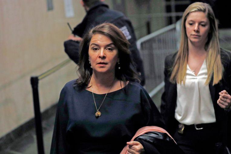 Actrice Annabella Sciorra (links) verlaat het gerechtsgebouw in Manhattan na haar getuigenis. Beeld AP
