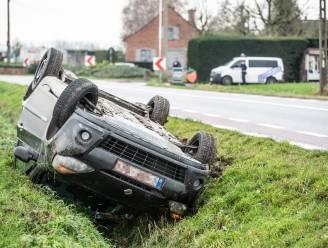 Auto gaat over de kop en belandt in sloot: bestuurster gewond