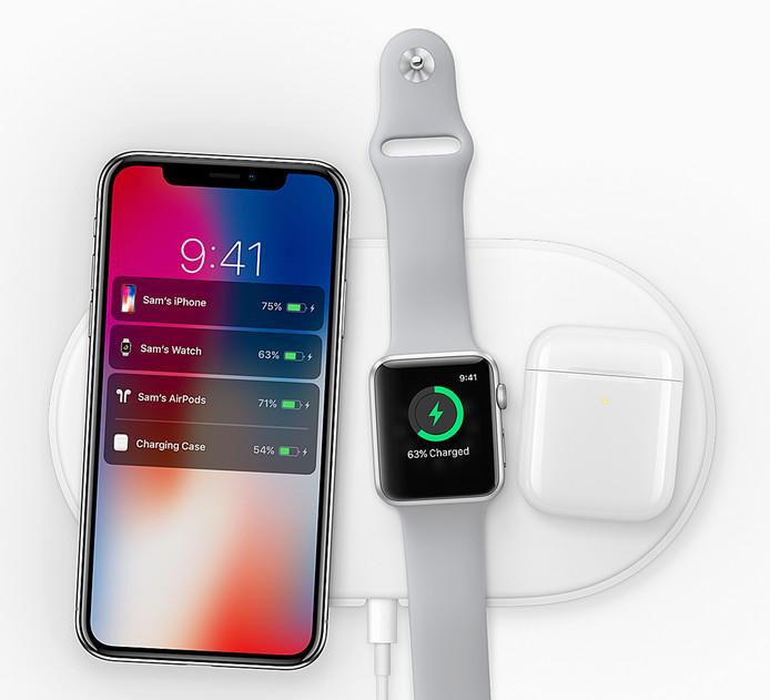 De iPhone X en de Apple Watch 3 uit 2017. De door Apple beloofde draadloze oplaadmat waar ze op liggen is nog steeds niet verschenen.