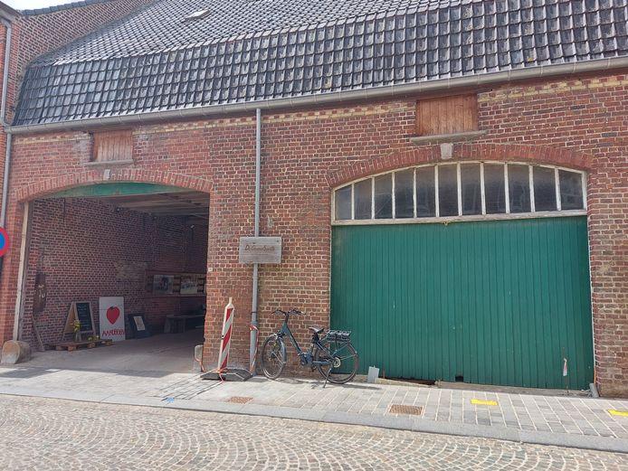 De kruidenwandeling 'Puur natuur op tafel, op stap met de kruidenvrouw' gaat van de start op de koer van de Groenselpoorte in Reningelst.