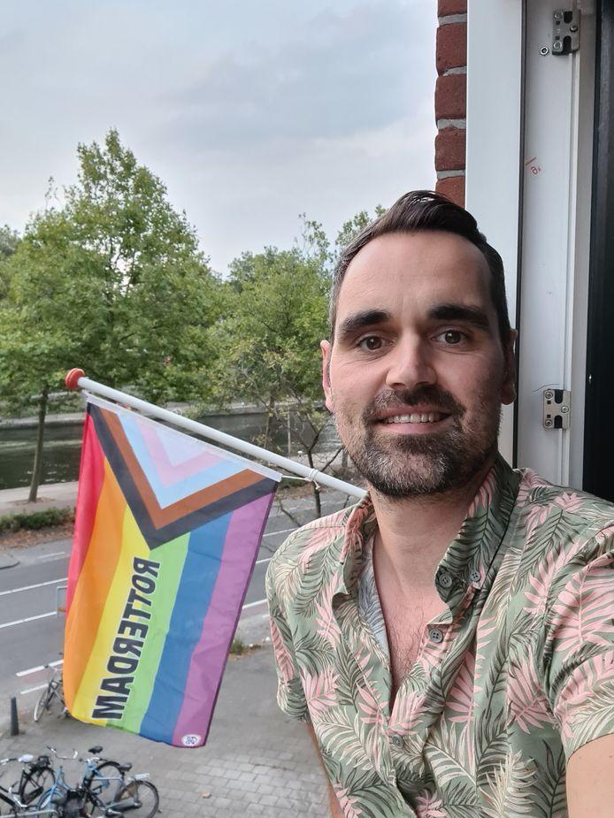 Dennis met zijn regenboogvlag