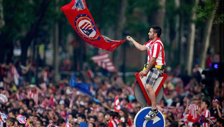 Fans van Atlético Madrid (boven) vieren hun zeges aan de Neptunus-fontein. De harde kern van Real verzamelt aan het Plaza de Cibeles. Beeld ©Photo News/AFP