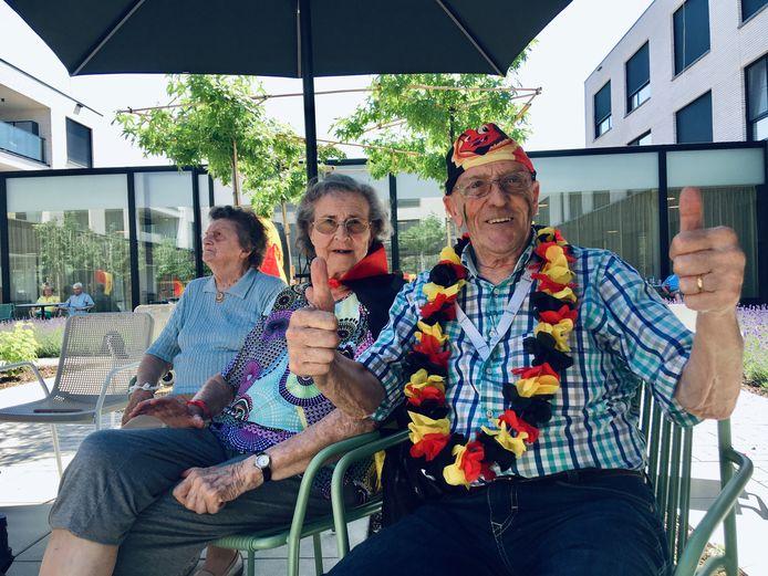 """Bewoners Marie-Louise Hubrechts (87) en Wim Leemans (81) scoorden de goals voor Denemarken. """"Maar in het echt supporter ik voor de Rode Duivels, hoor"""", knipoogt Wim."""