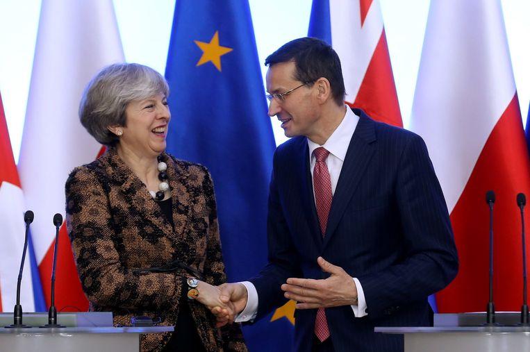 Pools eerste minister Mateusz Morawiecki (rechts) en zijn Britse collega Theresa May. Beeld EPA