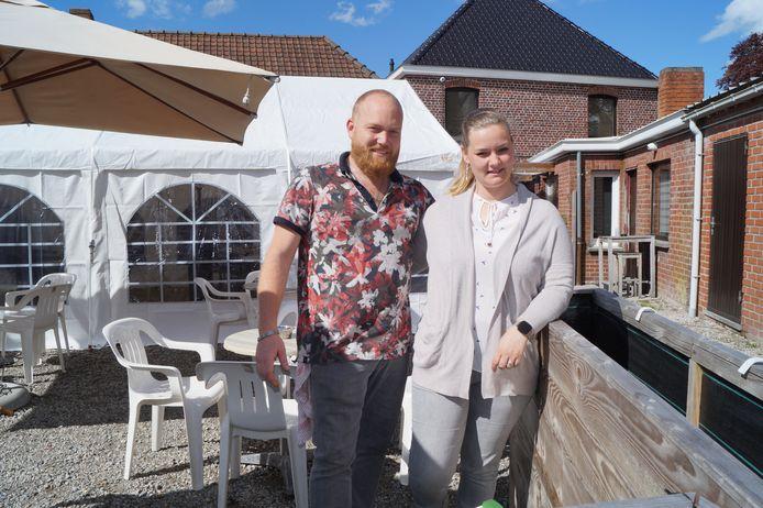 Thomas en Sarah op het terras achter café De Sportwereld.