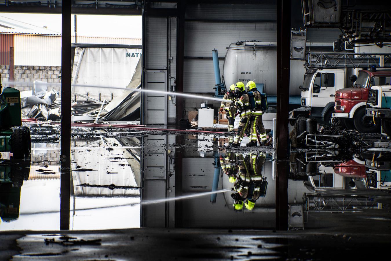 In een bedrijfspand van Korendal Trucks in Nijmegen woedde vannacht een grote uitslaande brand. Op het terrein werden twee trailers met hennepkwekerijen ontdekt. Later werden op het terrein aan de andere kant van de verwoeste loods nog twee trucks bedoeld voor de productie van wiet ontdekt: één ingericht als knipruimte, de ander vol hennepafval.