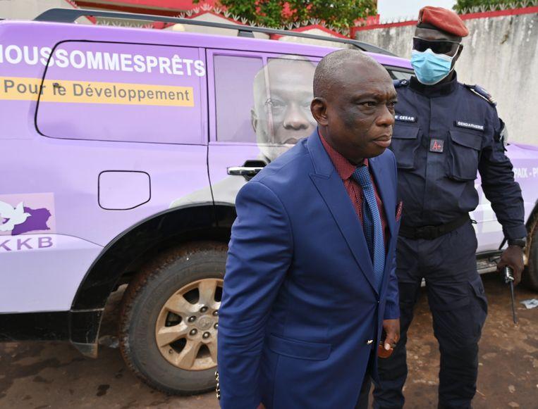 Presidentskandidaat Kouadio Konan Bertin bij zijn campagnehoofdkwartier in de Ivoriaanse havenstad Abidjan op weg naar een persconferentie.   Beeld Issouf Sanogo / AFP