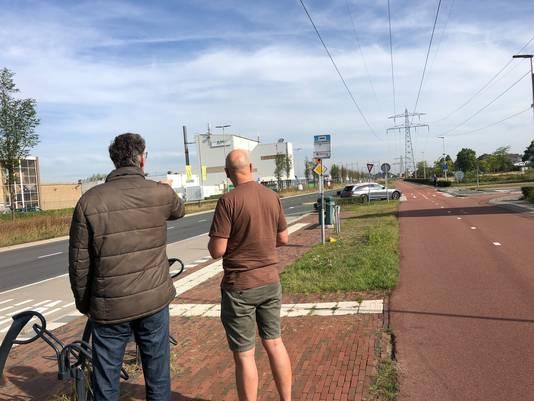 Marco Nillesen (rechts) en verkeersdeskundige Arnoud Ammerlaan bekijken de verkeerssituatie op de kruising Energieweg-Wolfskuilseweg in Nijmegen.