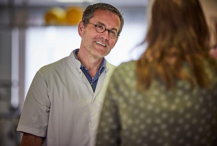 Revalidatiearts Markus Wijffels in gesprek. De patiënten die aan het revalideren zijn willen anoniem blijven, om te voorkomen dat zij met het stempel 'corona' door het leven gaan.