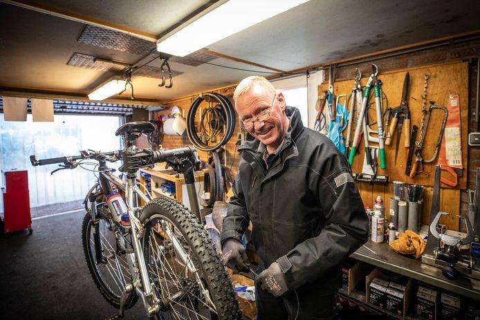 Fietsenmaker Jan Heinink van Allround Fietsservice aan het werk in zijn werkplaats.