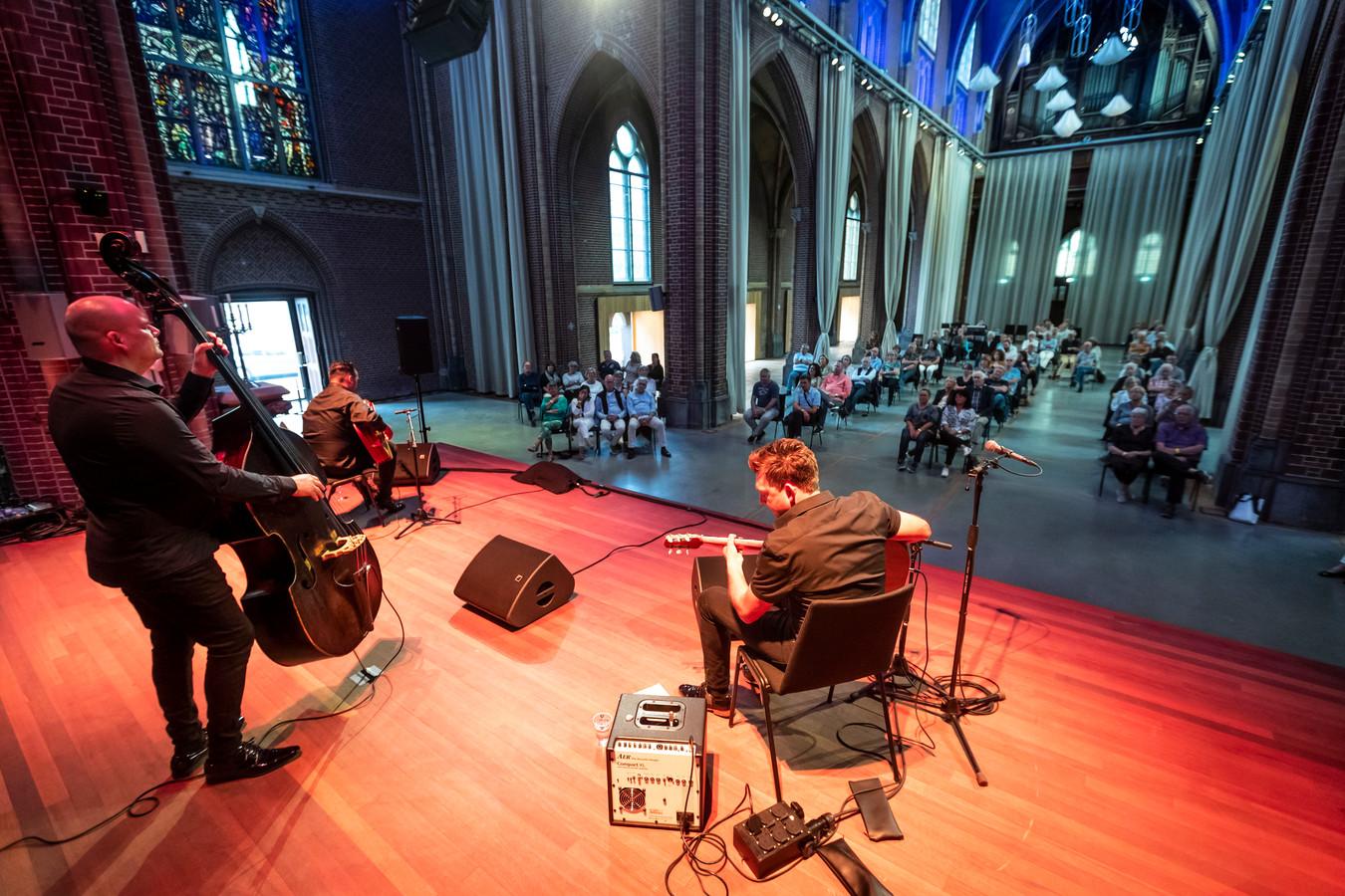 Op zoek naar bevrediging tijdens een optreden, bijvoorbeeld van The Rosenbergs in de voormalige Paterskerk in Eindhoven in juli 2020. Foto ter illustratie